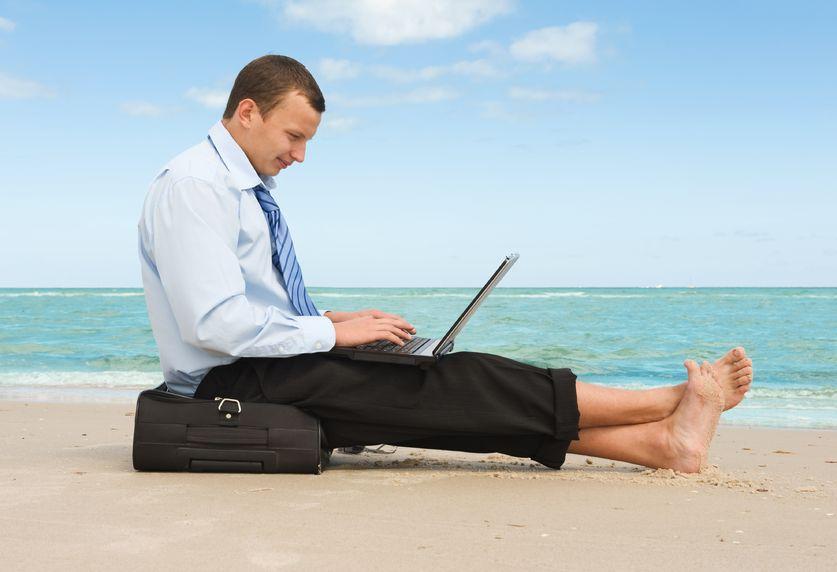 Impiegato lavora in vacanza